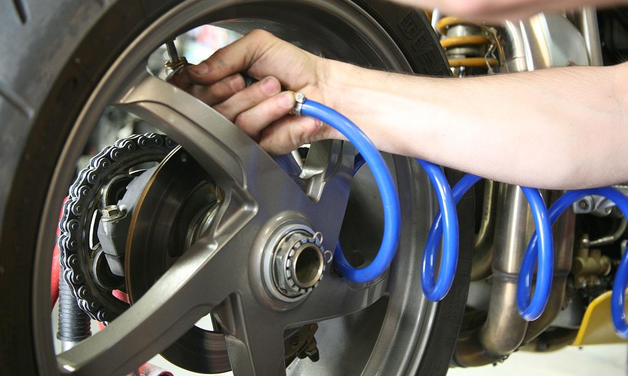 Gonfler soi-même les pneus de sa moto