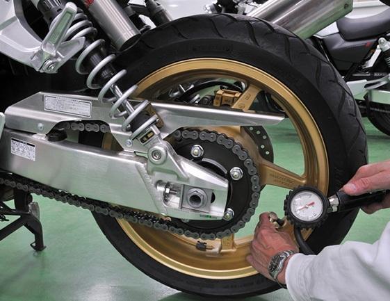 gonfler soi m me les pneus de sa moto detail moto tout sur la moto. Black Bedroom Furniture Sets. Home Design Ideas