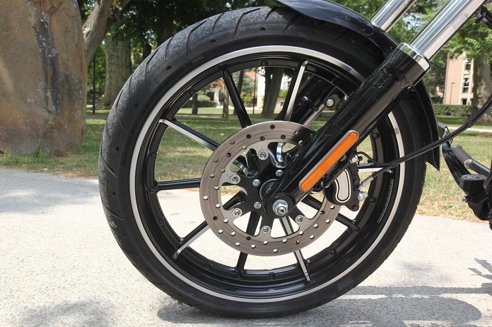 comment choisir le pneu de sa moto detail moto tout sur la moto. Black Bedroom Furniture Sets. Home Design Ideas