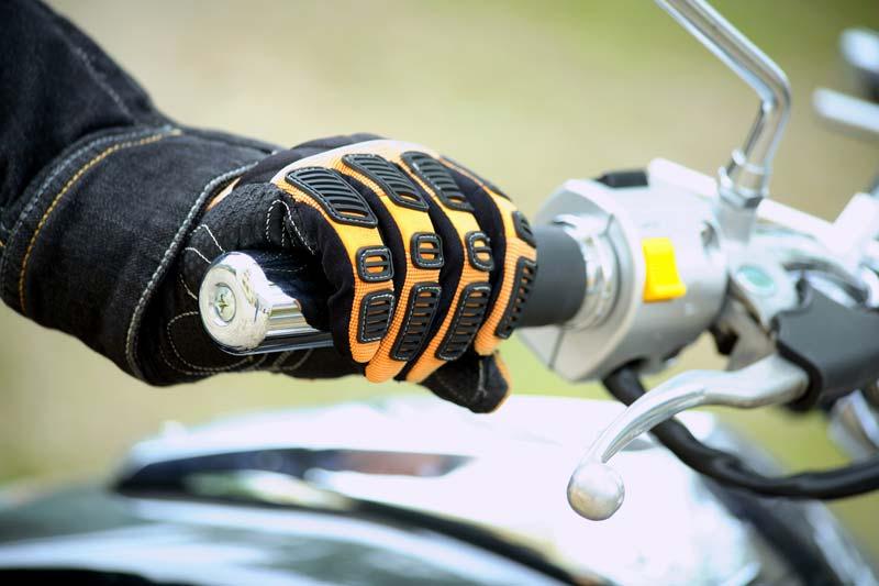 Port des gants de moto pendant l'été : non obligatoire mais indispensable !
