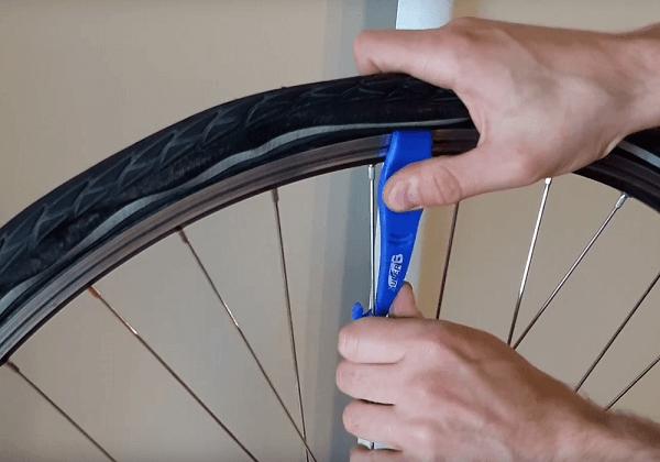 Entretien du vélo : enlever une roue et monter un pneu